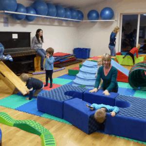 děti s rodiči v tělocvičně RC